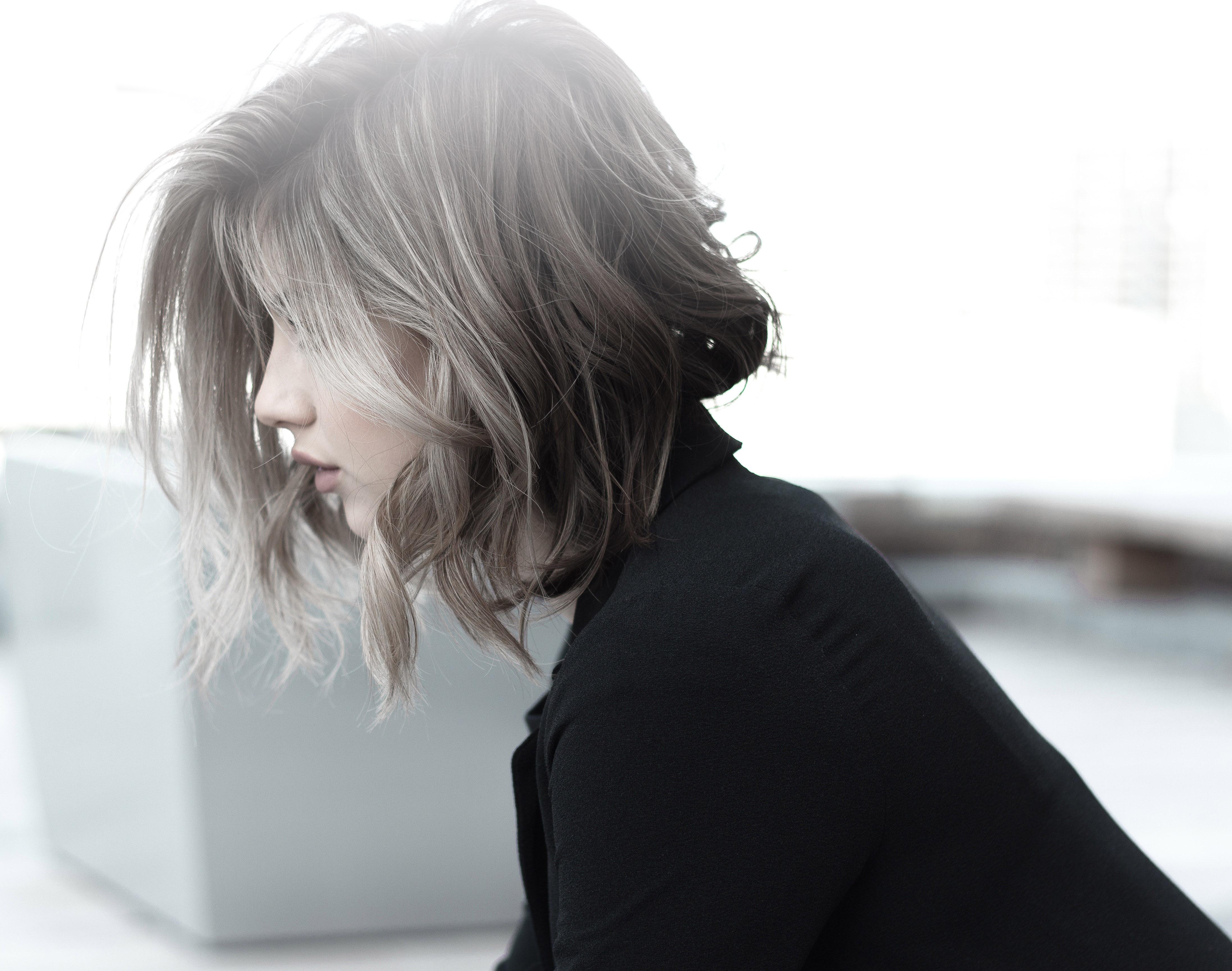 Una modella che posa per il parrucchiere Roberto Carboni Milano con taglio e tinta su capelli castani